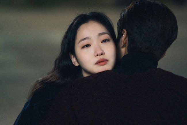 Kim Go Eun como a Tenente Jeong Tae Eul