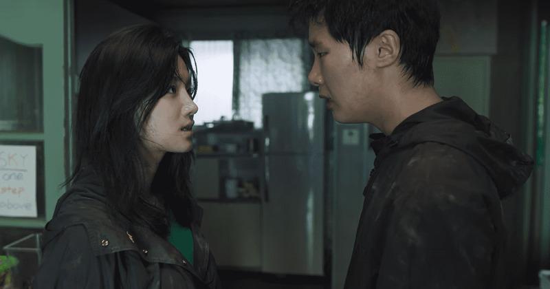 Kim Dong Hee como Ji Soo e Park Ju Hyun como Gyu Ri em Extracurricular da Netflix
